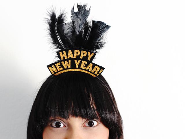 Cintillo Imprimible De Año Nuevo (¡Gratis!) // Es casi un año nuevo! ¿Estás listo para la fiesta y necesitas algunos accesorios? Tutorial de este cintillo imprimible de Año Nuevo.