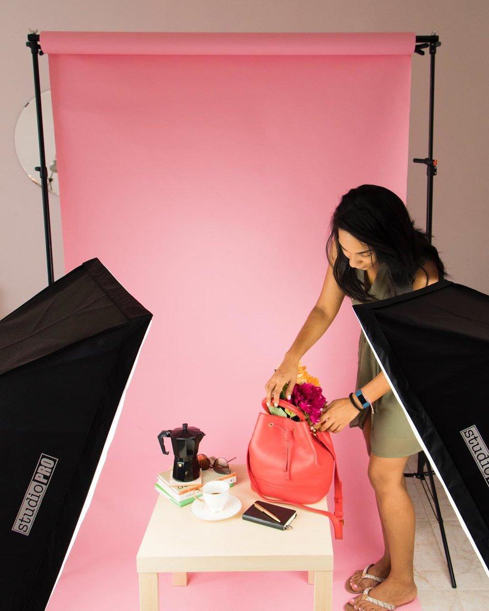 Si quieres empezar en la fotografía de productos necesitas un equipo básico que te ayude a lograr fotos hermosas y de calidad. Descubre cuáles cámaras, luces, reflectores y fondos te recomendamos para que empieces a hacer tus fotos tu mismo.