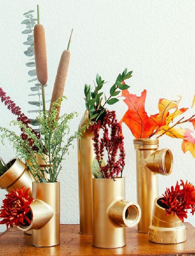 Jarrones de flores en tubo metálico - Regalar flores el Día de las Madres es muy común, pero que tal si puedes hacer que luzcan más especial. Este centro de mesa hecho con tubos plásticos pintados en color metálico luce espectacular. Este proyecto es perfecto para aquella madre que le gusta la decoración moderna y experimental.VER TUTORIAL