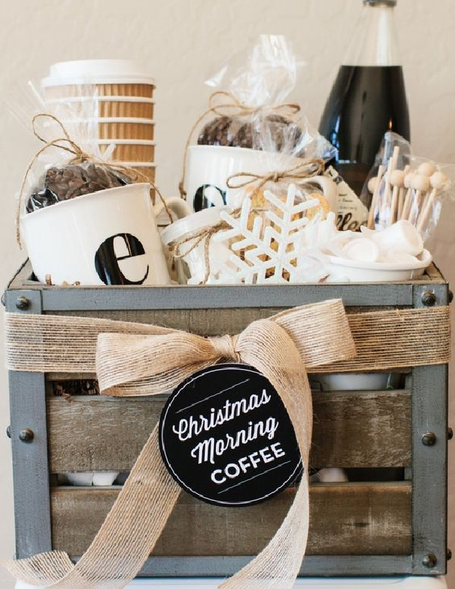 Canasta de regalos temática - Las canastas de regalos se usa mucho en Navidad, pero que tal si se sirve de regalos para el dia de las madres creando una temática para esa 'madre especial'. Piensa en algo que le guste y apasione, luego recopila objetos para complementar el tema. En el DIY de la foto es una canasta con productos de café, pero puedes crear una con productos de belleza, de cocina, de artes plásticas, de aceites aromáticos o decoración. En fin, recuerda que en todo proyecto, el cielo es el límite.VER TUTORIAL
