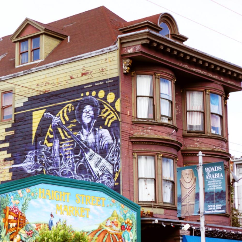 HAIGHT ASHBURY - Esta es la zona hippie/retro de San Francisco. Consiste en una calle llena de establecimientos de época con tiendas de piezas vintage tanto de ropa como de decoración. Si estas por allá, no dejes de pasar por The Fizzary, es una pequeña tienda donde vende todo tipo de sodas. La selección es estupenda y la decoración bien retro. Este vecindario es bastante bohemio, inspirado en las diferentes décadas desde los 20's hasta los 70's. Definitivamente te sentirás que has viajado en una maquina del tiempo.