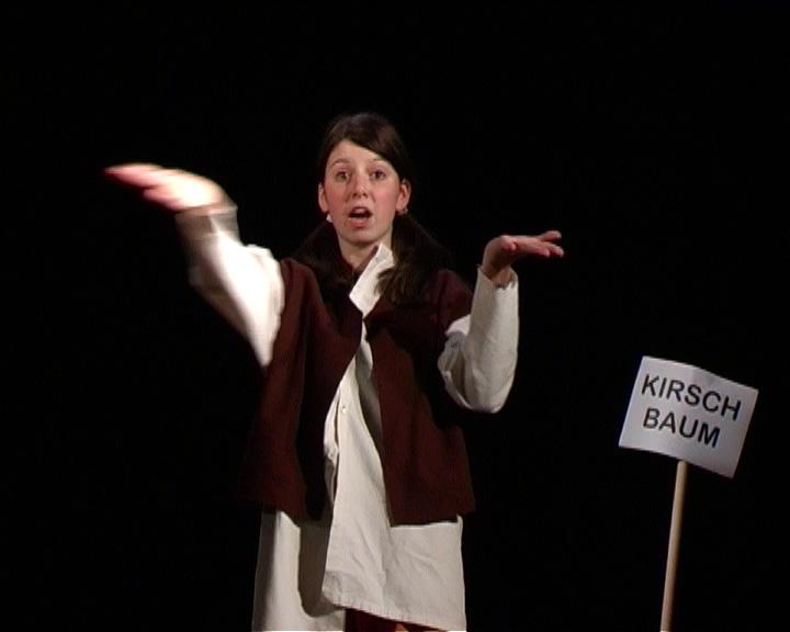 2005 rot Klägliche Komödie 01.jpg