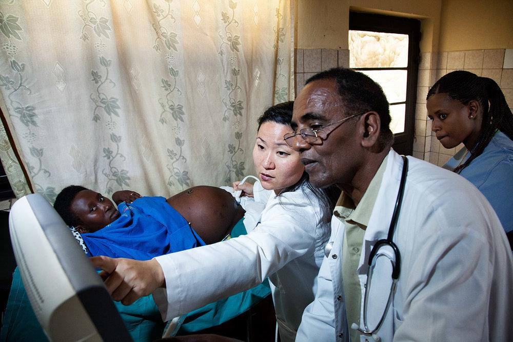 Dr. Ryujin and Dr. Tekle confer