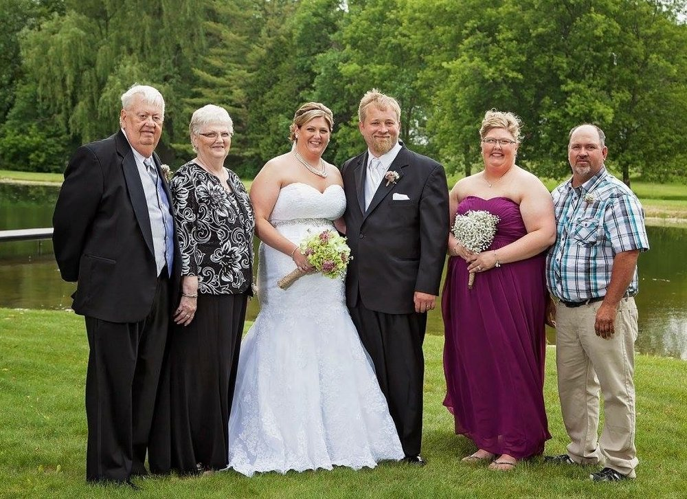 sara's side of the family at her sister kari's wedding