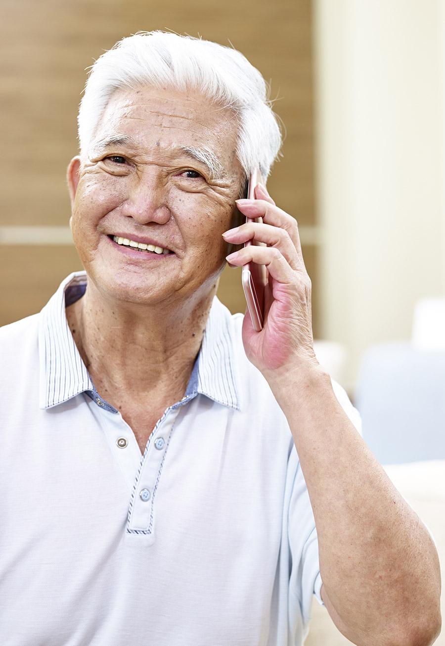 Senior sur le téléphone