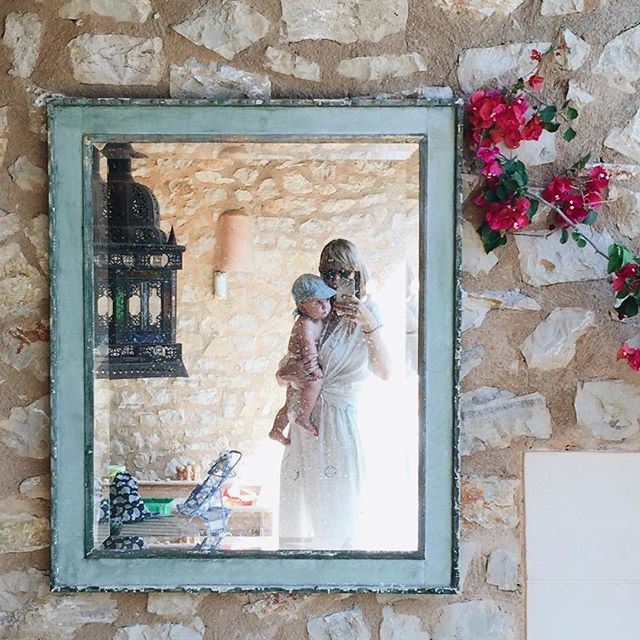 Another euro summer photo, this time in Mallorca, with Louie on the outside, two years ago at the beautiful family finca of my dear friend @juliaschaka aka @berberlin_rugs One of my favourite self portraits I've taken is in this same mirror, but nude and shot on 35mm. Andy talked me out of sharing that one so here I am in my @sukuhome pjs instead 😆