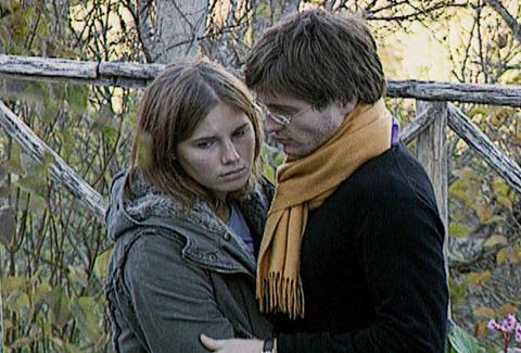 Amanda and Raffaele outside crime scene