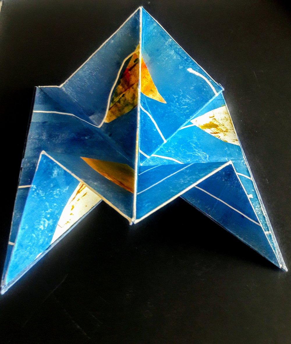Mar de Cortez  Monotipo/ papel y cartón  18 x 25 x 18 cm cerrado  36 x 25 x 25 cm abierto