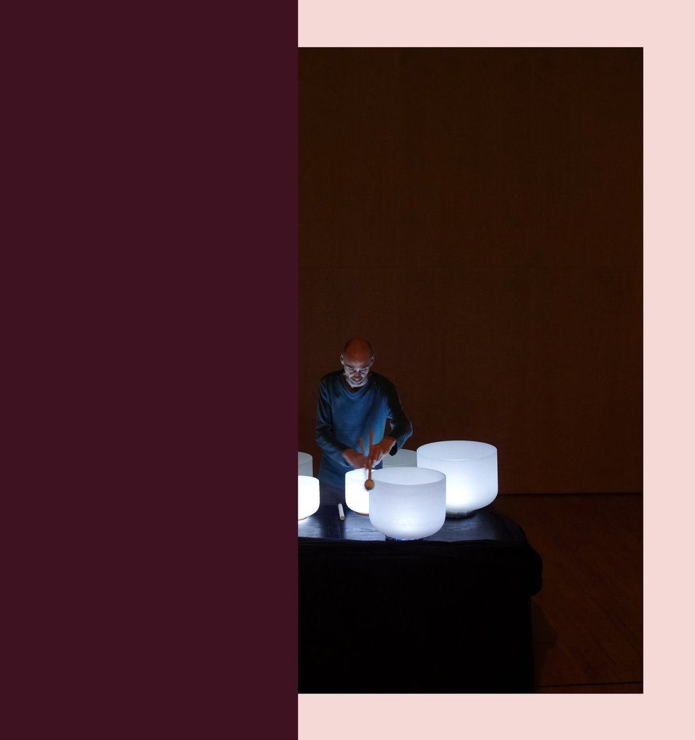 Frédéric Nogray - Compositeur et musicien autodidacte, Frédéric Nogray découvre les bols chantants en cristal en 2005. Initialement créateur de musique électronique et électro-acoustique, Frédéric adopte une approche plus instrumentale de la musique avec les bols. Creusets industriels à l'origine, utilisés dans la fabrication de composants technologiques, les bols produisent également des fréquences très pures et puissantes.Universelle et intemporelle, la musique des bols chantants invite l'auditeur de manière subtile et intense dans le son, dans l'écoute de ces ondes acoustiques qui vont du très grave à l'aigu. La forme musicale est minimale, parfois cyclique, faite de longs développements qui permettent à l'auditeur d'appréhender en profondeur la matière sculptée.La musique de Frédéric agit sur et avec l'espace dans lequel elle est projetée mais aussi avec tout ce qui s'y trouve. Ainsi ses performances musicales, interagissant avec l'environnement, sont uniques.Sa page Facebook ➝Son Bandcamp ➝