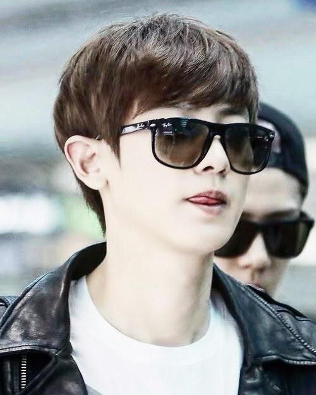 @exo_chanyeol wearing some @rayban sunglasses 🕶