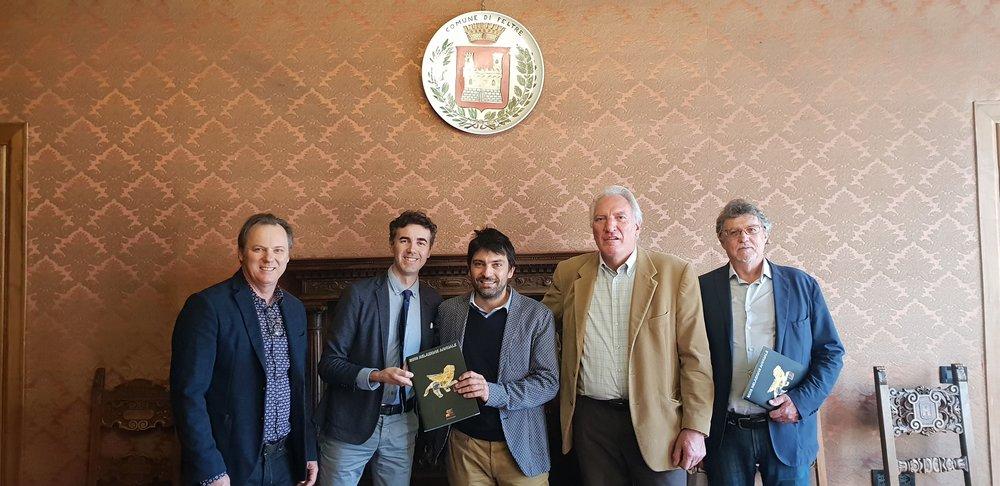 Incontro con il Comune di Feltre e consegna magazine del Veneto Club Melbourne al Sindaco Paolo Perenzin