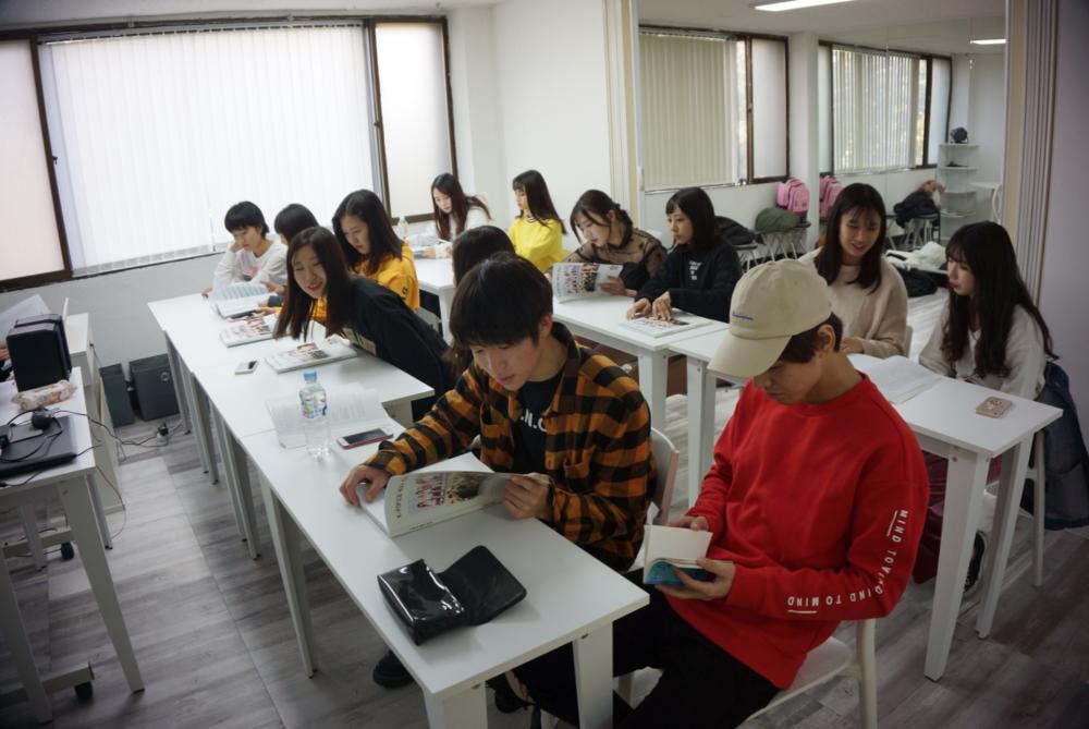 ACOPIA School - アコピアスクールは、アコピアのKPOPキャンプとスタープロジェクトの基盤となります。 ここでは、各プログラムでの学生や練習生に対して必要な授業(ダンス、音楽、舞台芸術、言語、文化)が準備されています。また、ACOPIAは韓国のソウルにある芸術高校で勉強したい留学生を支援しています。