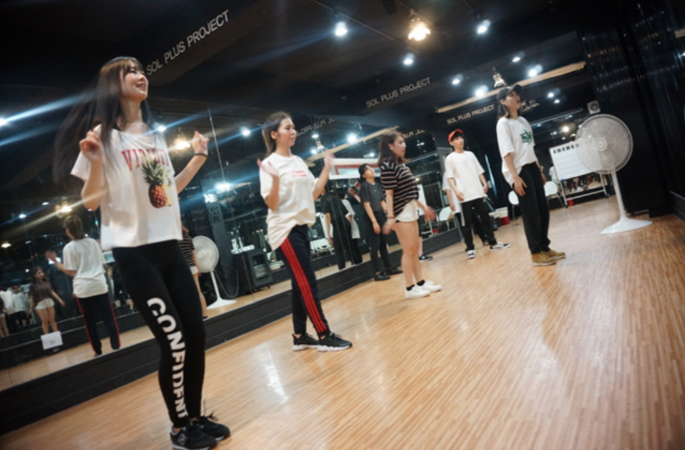 DANCE LESSONS - I learn various dances, from Kpop cover dancing to serious hiphop dances. With ACOPIA's dance lessons, you are given the opportunity to attend dance classes in studios, such as 1Million Dance Studio and ALIVE dance studio, both of which are popular worldwide.