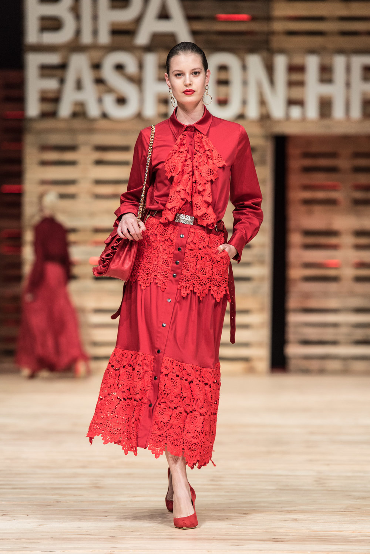 Košulja Angie Rose -580,00 kn Suknja Ljubica- 850,00 kn Remen antikna kopča- 250,00 kn Naušnice -100,00 kn Torba Virginia -1350,00 kn