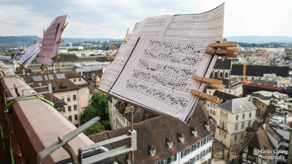 用夾子夾好的古樂譜。圖/Martin Chiang 攝影
