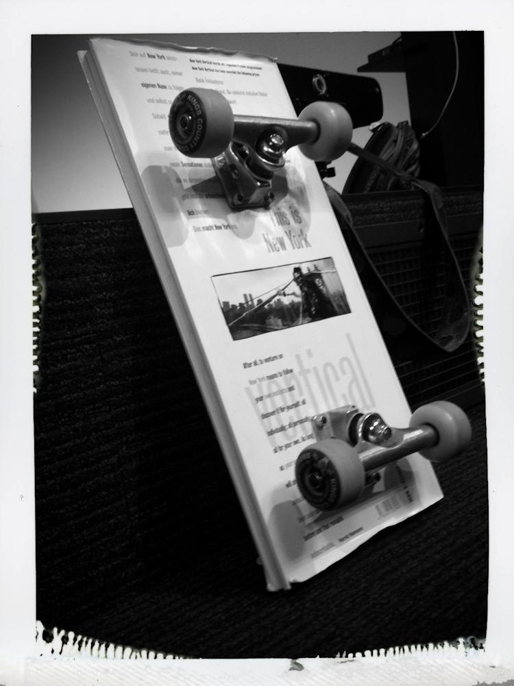 Skateboard gebaut aus einem New York Vertical Buch