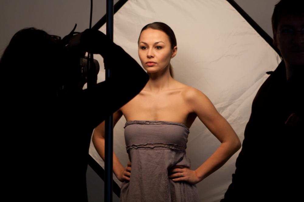Natalie von hinten beleuchtet mit Streiflicht aus Octoabox und von oben mit Beautydish!