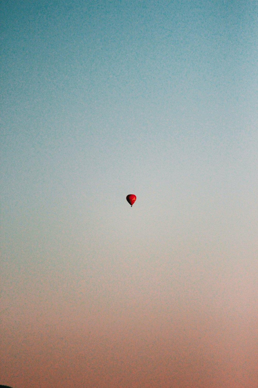 """EN EL AIRE - 1 / Despegue del suelo, sensación placentera.2 / Entrega de una gorra para protección del calor y recuerdo del vuelo3 / Información sobre e vuelo, manejo y funcionamiento del globo.4 / Se vuela a 4.500 pies de altura5 / """"BRINDIS DE ALTURA"""" una copa de cava en pleno vuelo.6 / Volar a merced del viento y el piloto indica las instrucciones al pasaje y suavemente hace descender el globo y tomar tierra."""