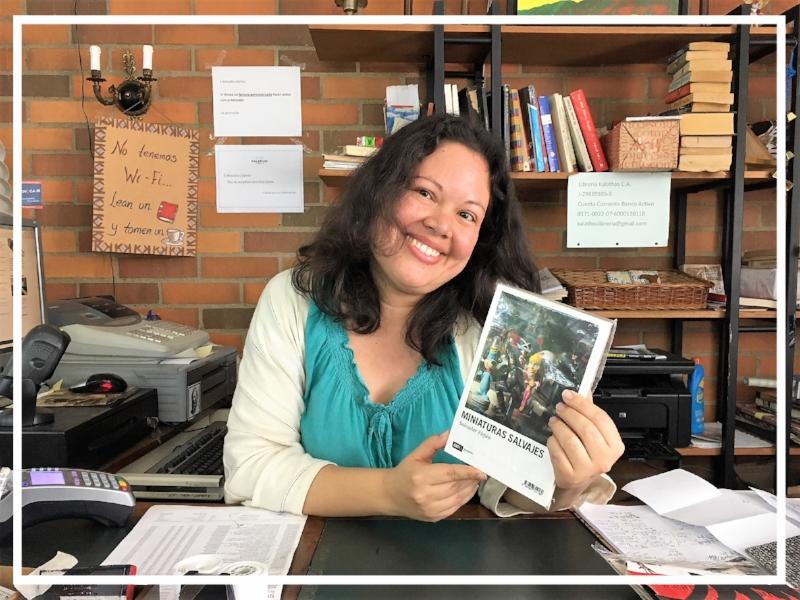 Vanessa met een boek van  haar  schrijver in de hand