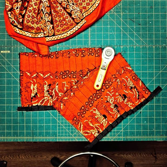 Tara @edemali777 working this gorgeous wax print fabric (from Ghana!) into matching pants and shirt. That fabric looks incredible!  Makeshift is still looking for members who would like to use the sewing studio! Check the link in the bio for more info.  #studio #toronto #coworking #igerstoronto #makerspace #collective #makersmovement #handmade #sewing #ghana