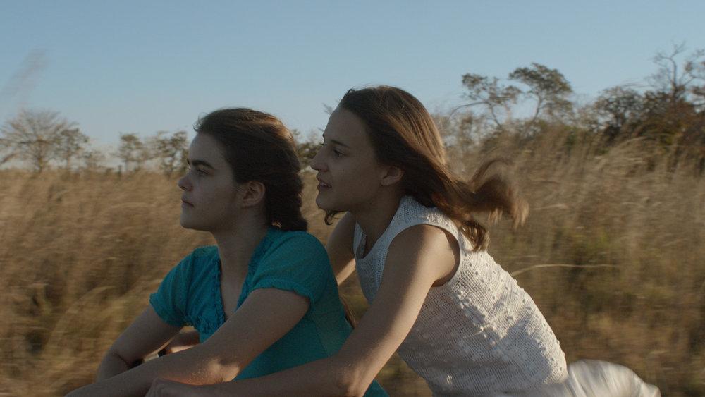 Photo 02 - As Duas Irenes - Isabela Torres and Priscila Bittencourt - FULL FRAME.jpg