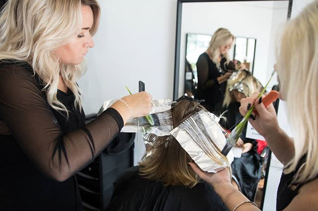 The signature embossing of @foilmefoils saves time by preventing slipping and assisting quicker colour processing time! Shop our collection which offers several different choices in thickness and sizes – perfect for your next creation #hsupplyco #createhairmagic #foilmefoils