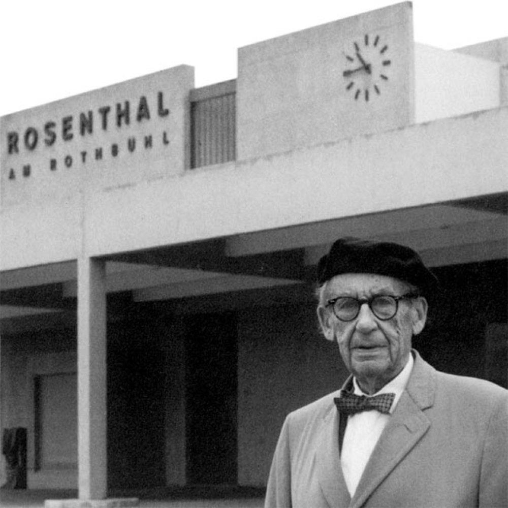 Walter Gropius foran Rosenthal Porzellans nye fabrik i Erkersreuth i 1967.