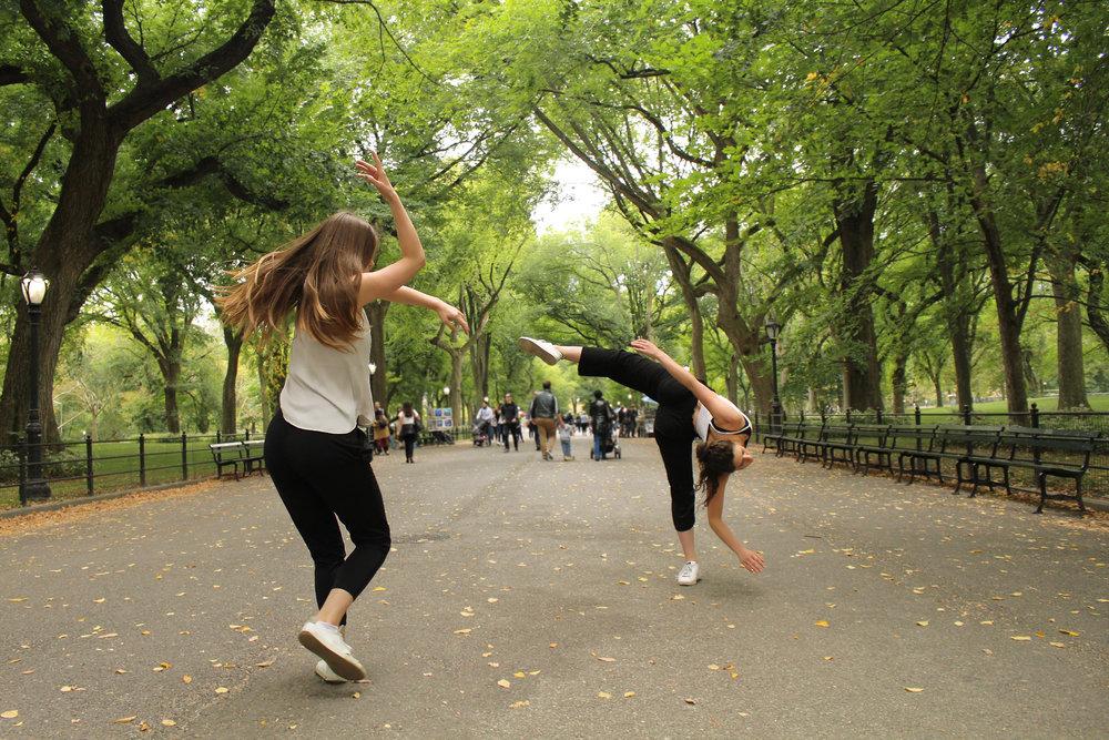 Puiden tanssi - Valitse kolme erilaista puuta, tarkkaile niiden muotoja muutaman minuutin ajan. Liikkuvatko puut tuulessa? Minkälaista ääntä lehtien liikkeestä syntyy? Kuinka puu liikkuu?Kirjoita ylös vastaukset näihin kysymyksiin ja luo omia kysymyksiä. Kehitä liikkeita jokaisen puun ominaisuuksista. Toista liikkeitä kunnes ne sulautuvat yhtenäiseksi puutanssiksi.