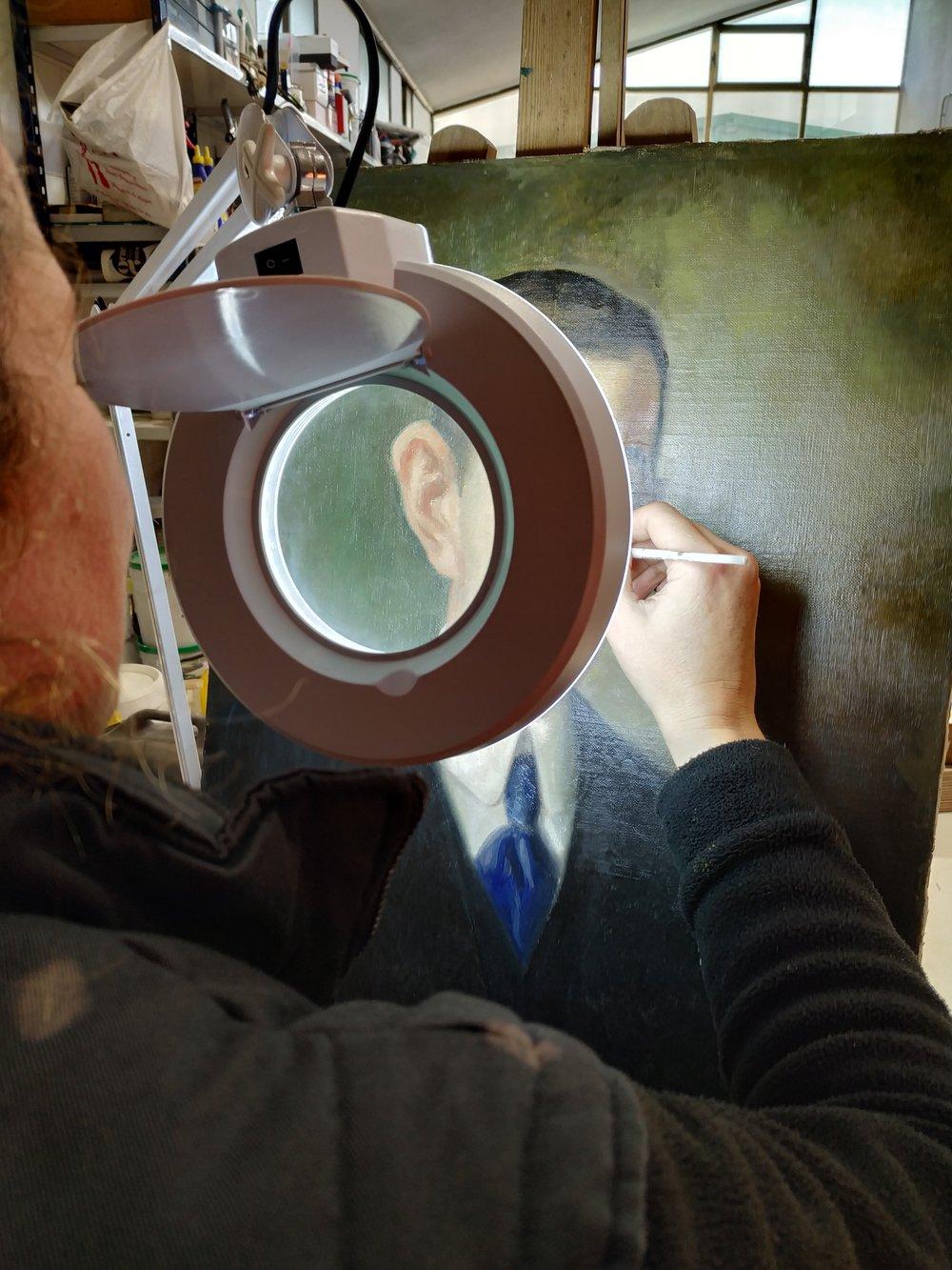 Trabajo sobre el lienzo con lupa