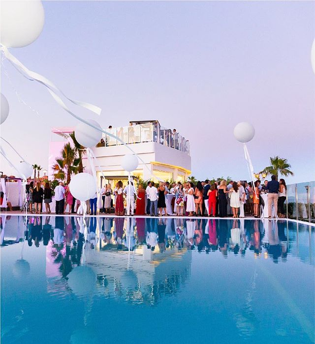 Looking for an uber cool wedding venue? 🤵👰🙌 Confeti recommends you check out the incredible beachside pool club @bronzzzanobeachclub! Private roof terrace for all types of celebrations and sublime food coupled with great service! . . . #beachwedding #perfectwedding #weddinglocation #weddingvenue #destinationwedding #marbellawedding #marbella #marbellabeach #shesaidyes