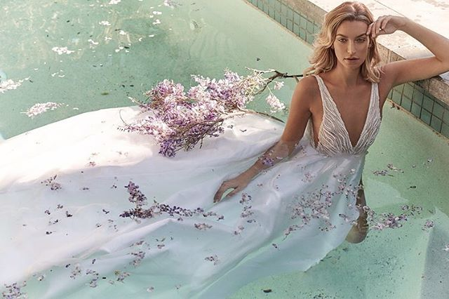 ✨To give you a helping hand the team at Confeti browsed this season's favourite designer looks and pulled together the ultimate collection of bridal designs to help you find your perfectly ever-after dress! 👰 https://www.confetimagazine.com/fashion-beauty/2018/11/13/find-your-dress . . . . . #weddinginspo #bridal #confetimagazine #marbella #weddingsspain #mr #mrs #bridal #bridetobe #bridalinspiration #wedding #planyourwedding #weddingsday #destinationwedding #morningbride #weddingstyle #flowers