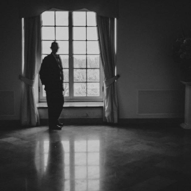 #weddingday #waiting #waitingfor #bw #man #mirror #thismoment #blackandwhite #bwphotography #photojournalism #weddingphotography #weddingreportage #window #worldbehindthewindow