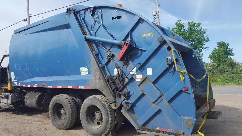 2008 McNelius 25 Yard Garbage Packer
