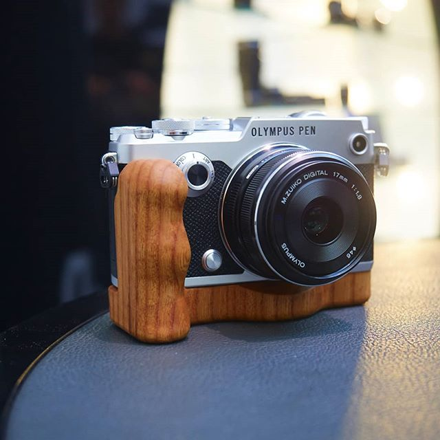 Olympus PEN F with a Holzgriff.