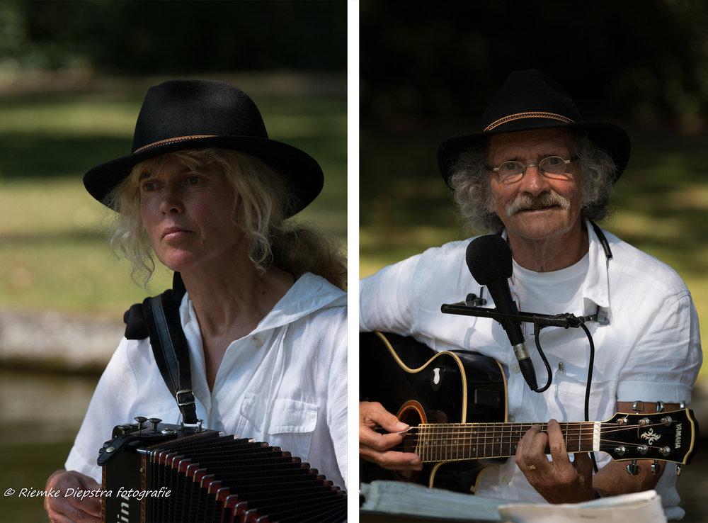 Dies Nicolai  (trekharmonica's) en  John de Winter  (zang en gitaar)