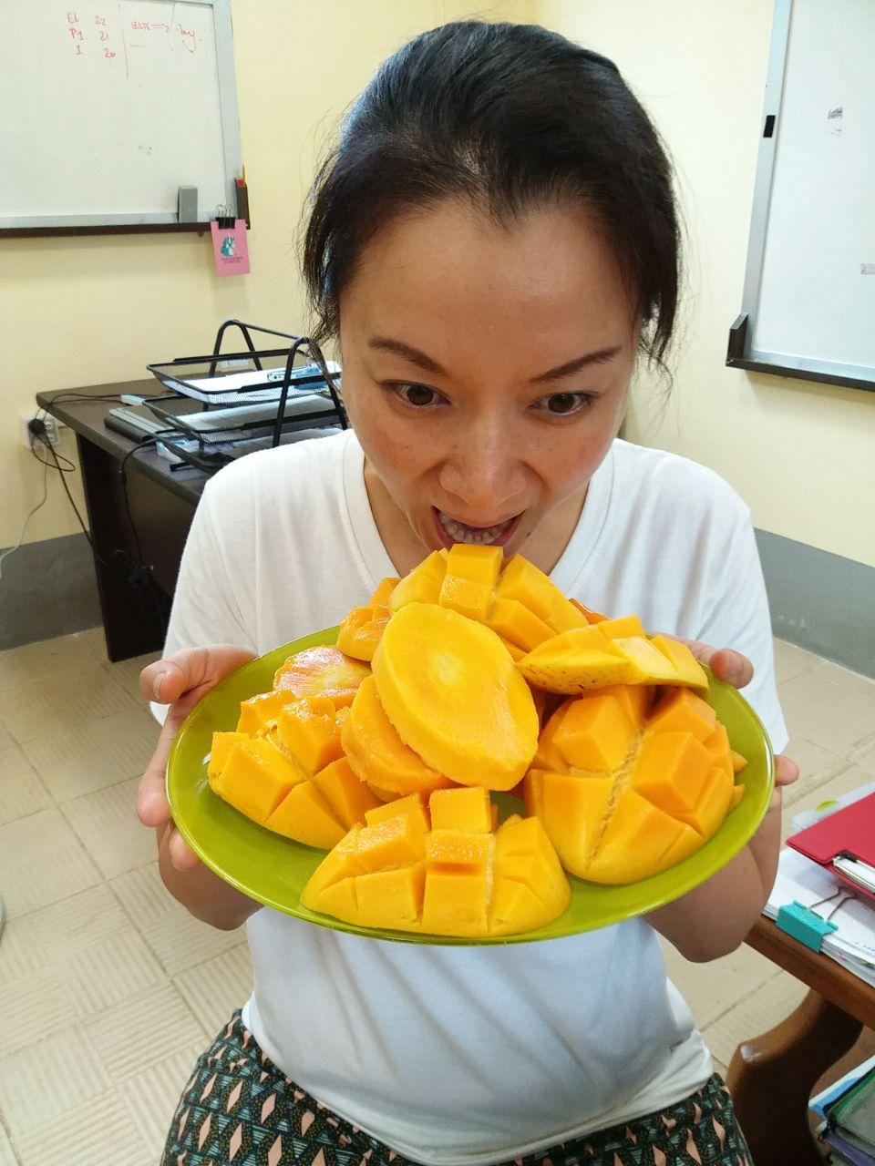 2017_aJune_My-birthday-cake_shitloads-of-mangoes.jpg
