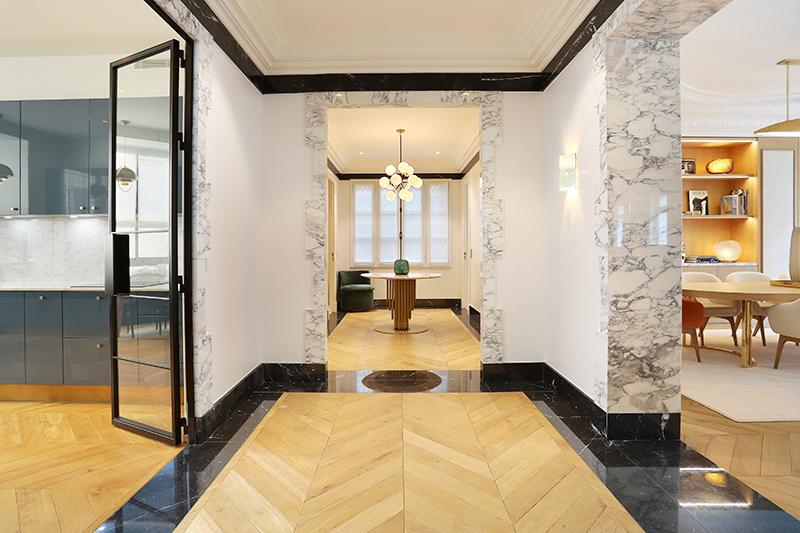 Appartement-Parisien-encadrement-passage-arche-tapis-marbre-noir-marquina-arabescato-Omni-Marbres