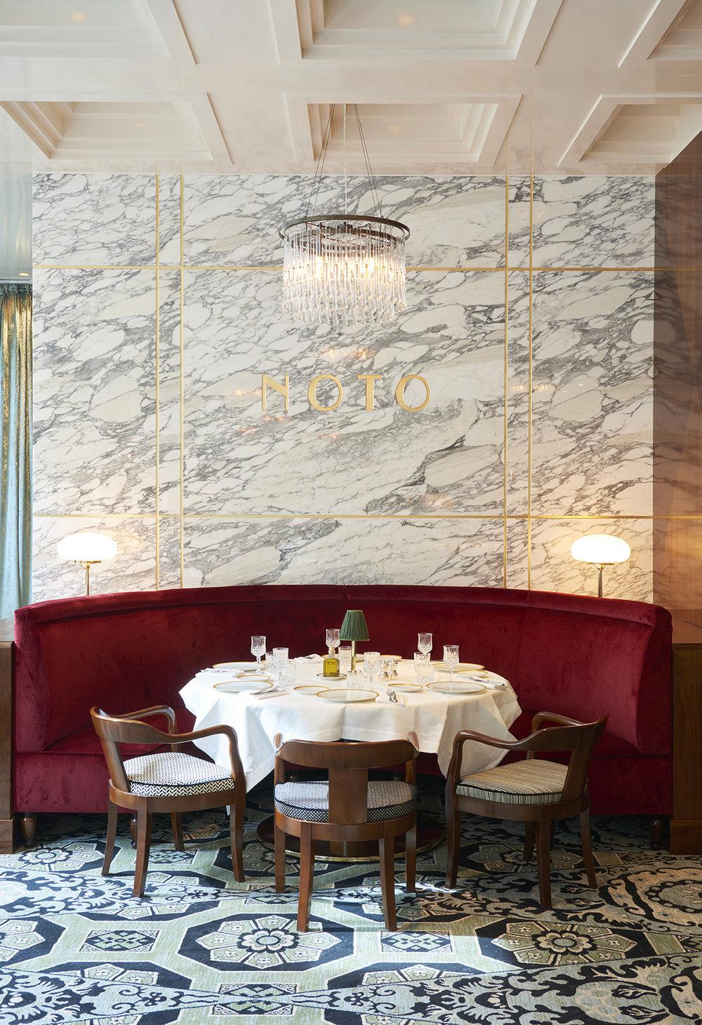 NOTO-restaurant-salle-Pleyel-Laura-Gonzalez-revetement-marbre-arabescato-mur-Omni-Marbres