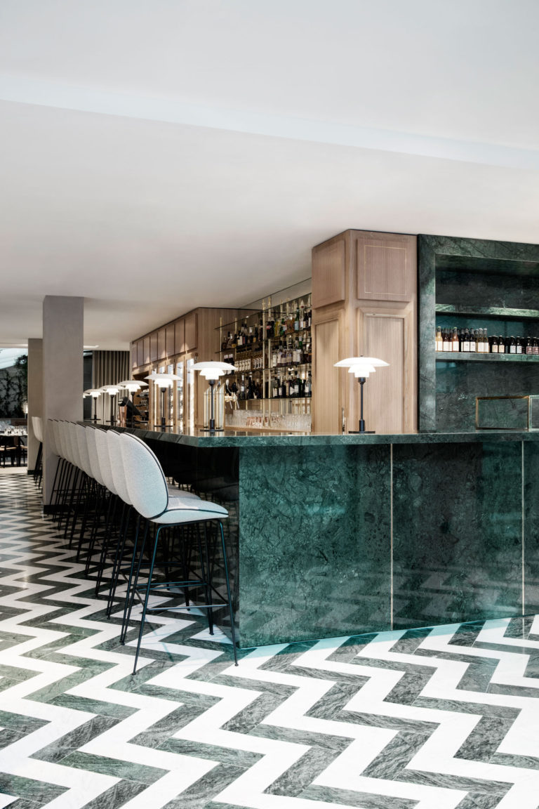 piste bar marbre vert du guatemala dallage marbre a batton rompu en marbre vert du guatemala et blanc de carrare Restaurant Flora Danica Omni Marbre