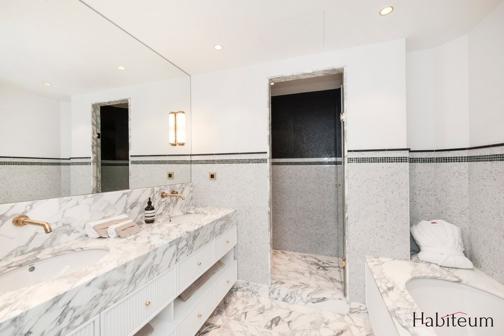 Salle de Bain plan vasque baignoire douche marebre arabescato mur mosaique marbre blanc de carrare Appartement Parisien Omni Marbres