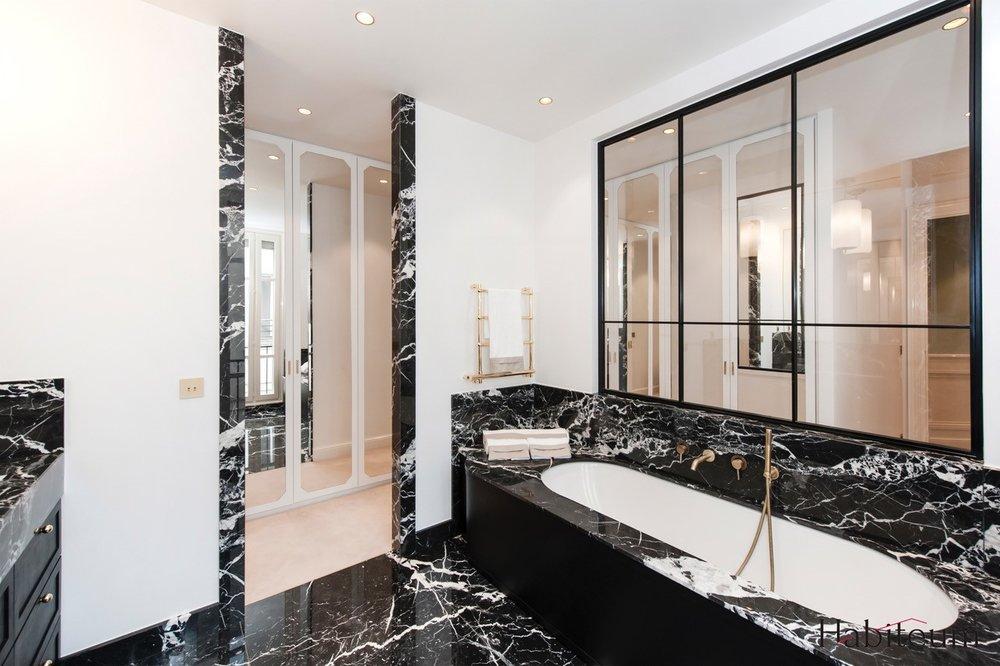 Salle de Bain plan vasque baignoire granit ara cruz Appartement Parisien Omni Marbres