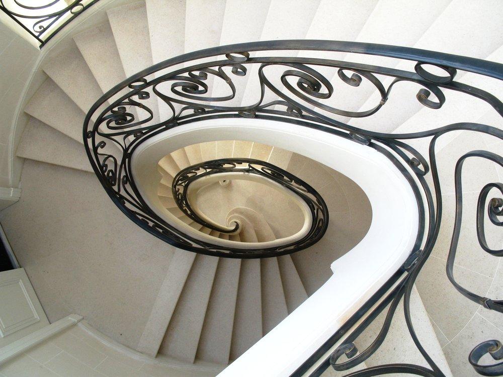 Escalier-sur-voûte-sarrasine-pierre-de-doura-marbre-Omni-Marbres