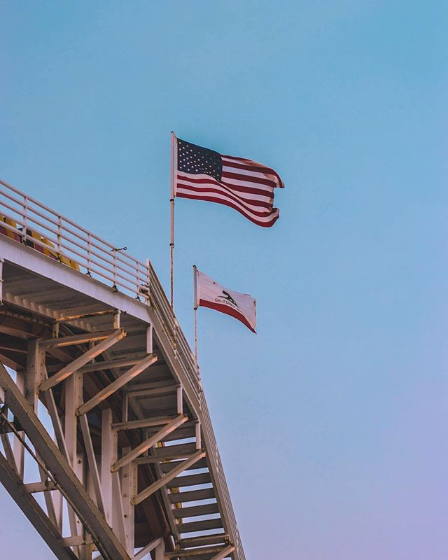 When the California fires gave me sunset skies at 1pm 🇺🇸 . . . #losangeles #LA #flag #americanflag #America #sunset #starsandstrioes #california #light #santamonica #santamonicapier #photography #canon #camera #lightroom #photoshop #adobe #cali #californiadreaming #travel #explore #flags #pier #ocean #sky #socal