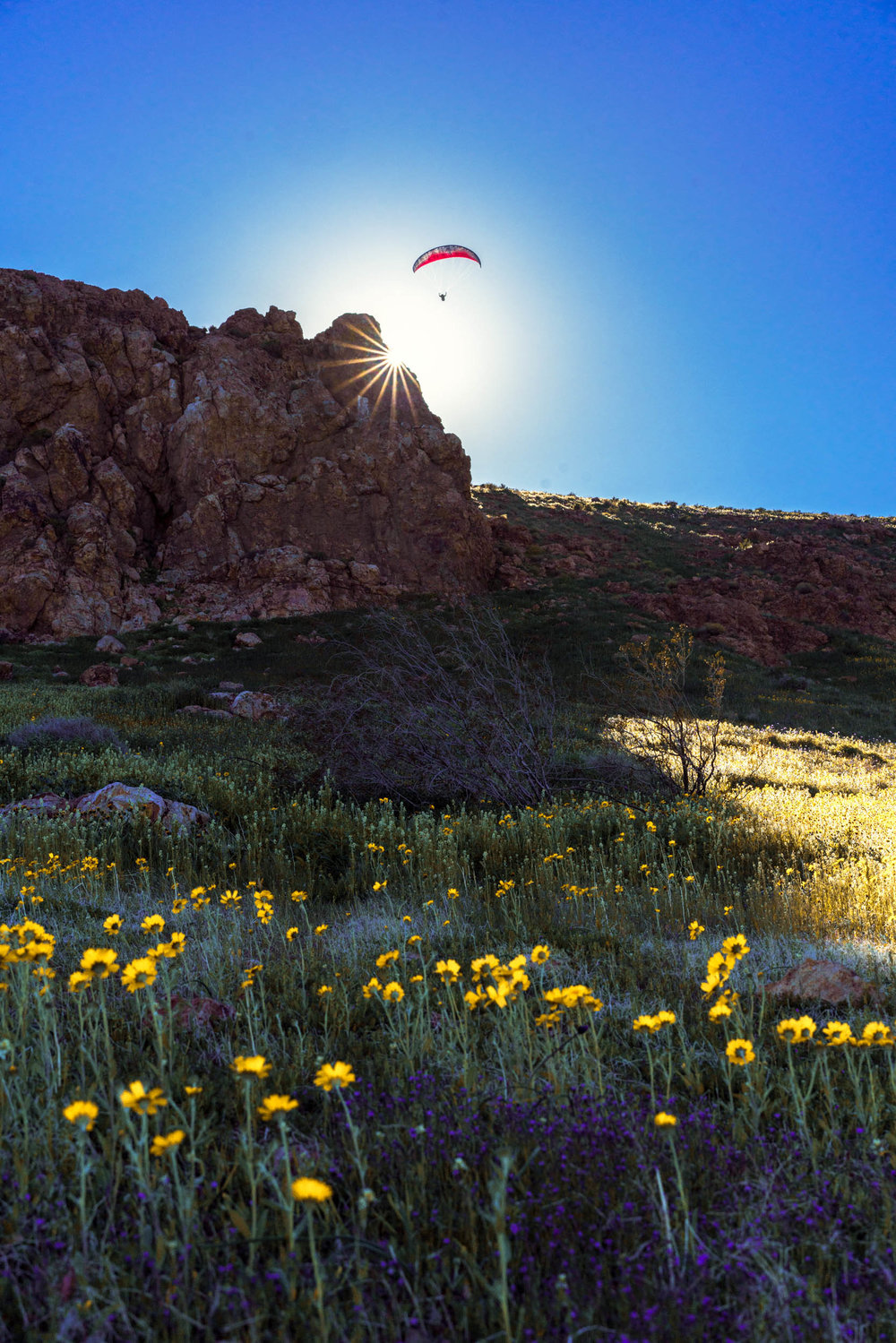 """Astronaut, test pilot, and paragliding legend Mark """"Forger"""" Stucky ridge soaring in Mojave, CA. Photo: Ben Horton"""