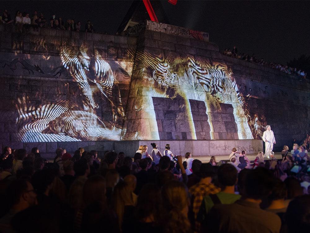 Mozart na Stalinovi - Open air představení Mozartovy opery Kouzelná flétna, které si přišlo na Letnou k bývalému Stalinovu pomníku poslechnout přes 2000 diváků.