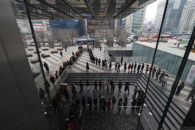 Shareholders wait in line to enter Samsung Electronics annual general shareholders meeting in Seoul. #onassignment @bloombergbusiness #shareholders #samsung #city #news #firstscene #canon #삼성전자 #주주총회 #기다림 #주가가싸니 #소액주주다오네