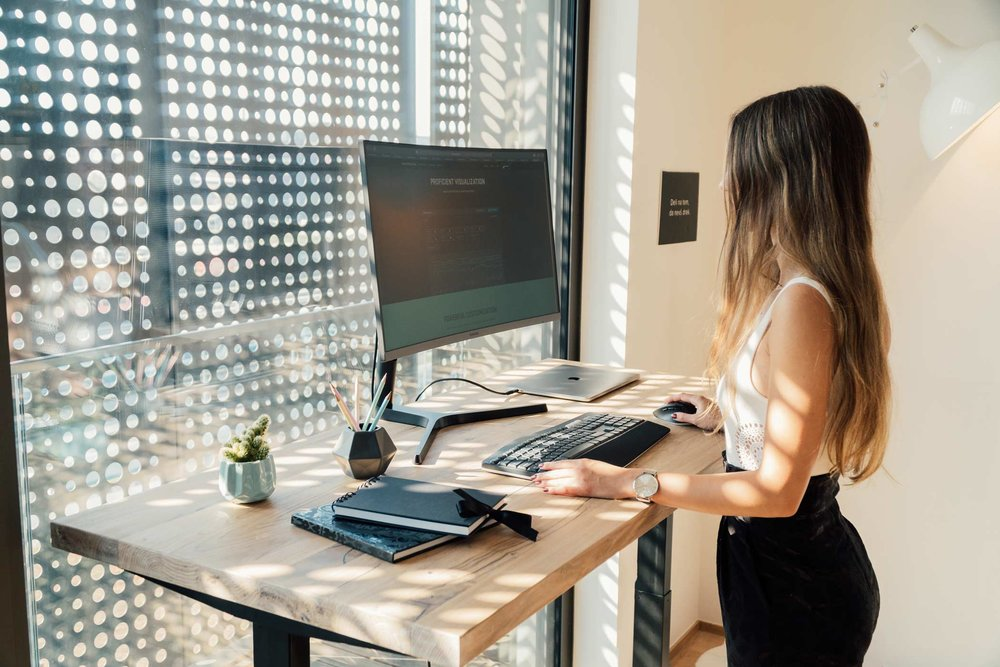 Pravilna ergonomska drža pri stoječem delu za pisalno mizo.