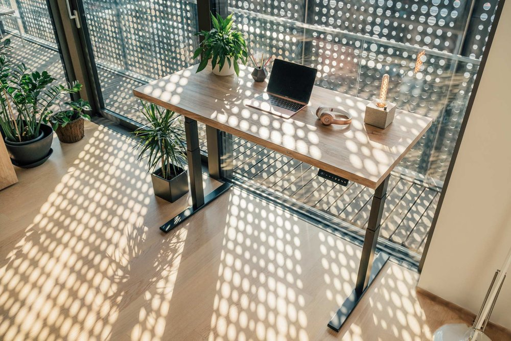 Dvižna miza - urejeno delovno okolje.