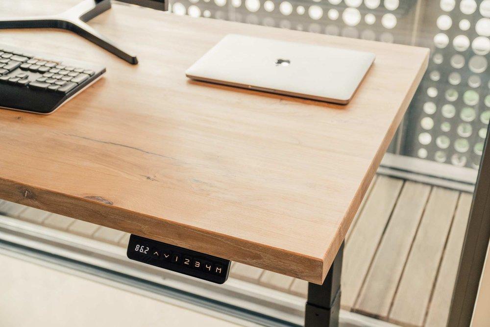 Masivna hrastova plošča dvižne mize.