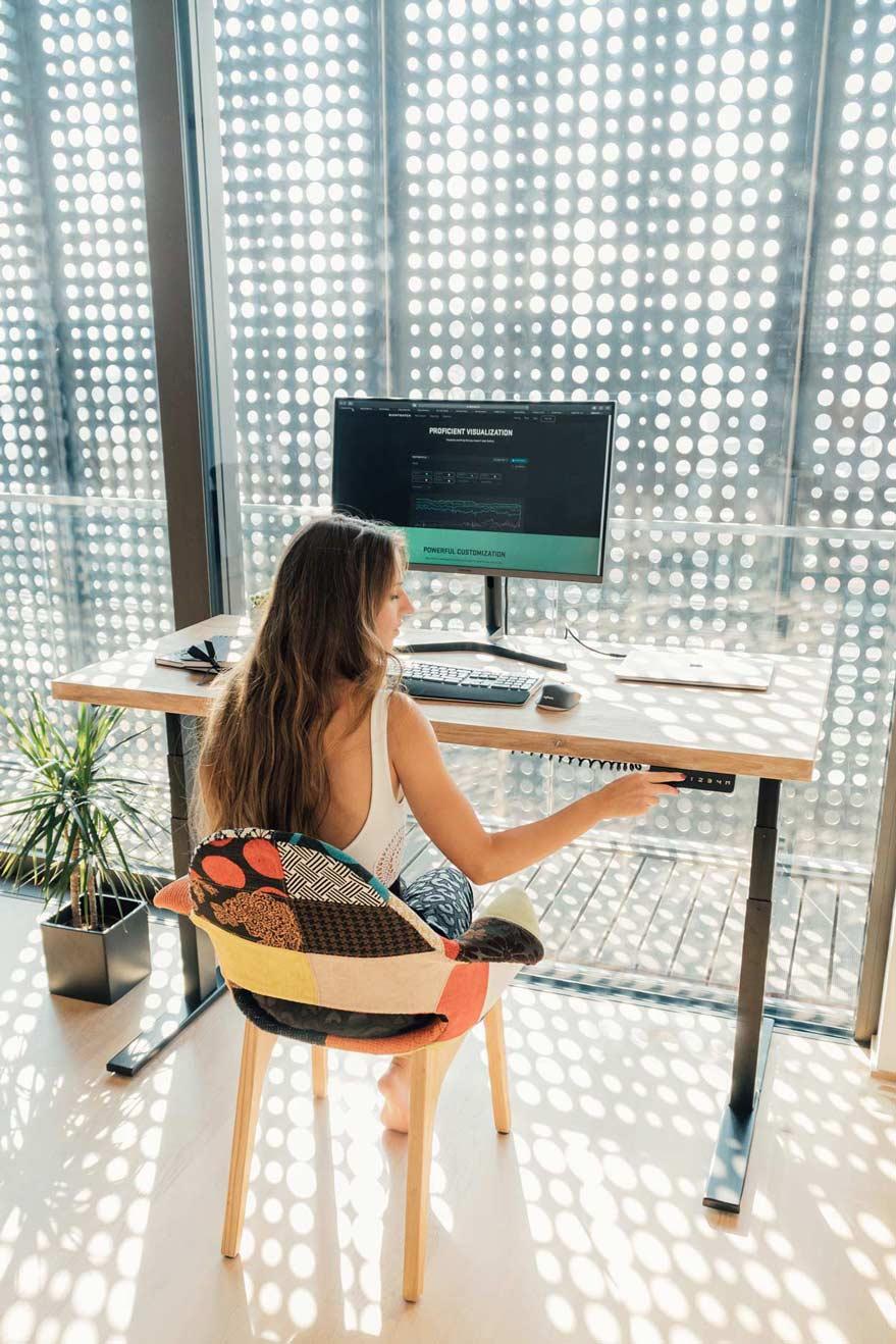 Uporaba kontrolerja pisalne mize za sedeče delo.